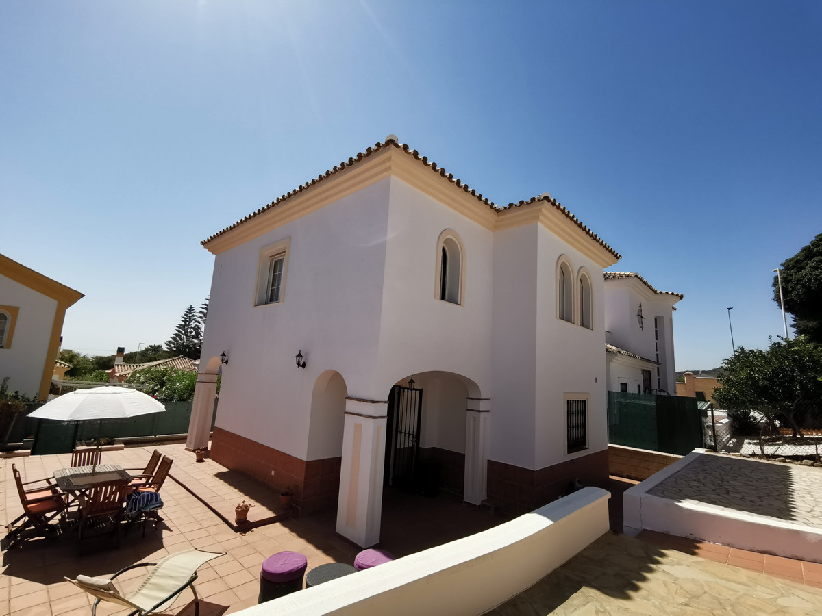 This is an independent house in a small, pretty urbanisation of villas, located in El Parador, Hacie,Spain