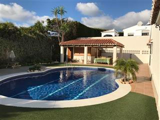 This is a beautiful spacious, detached villa located in Jardin Tropical, built on a 1000m2 plot spli,Spain