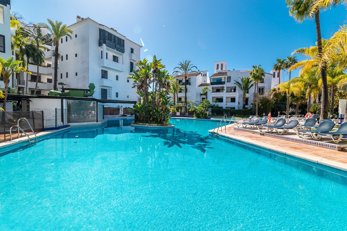 Exclusive and renovated top floor apartment in a complex very close to the beach which is situated n, Spain