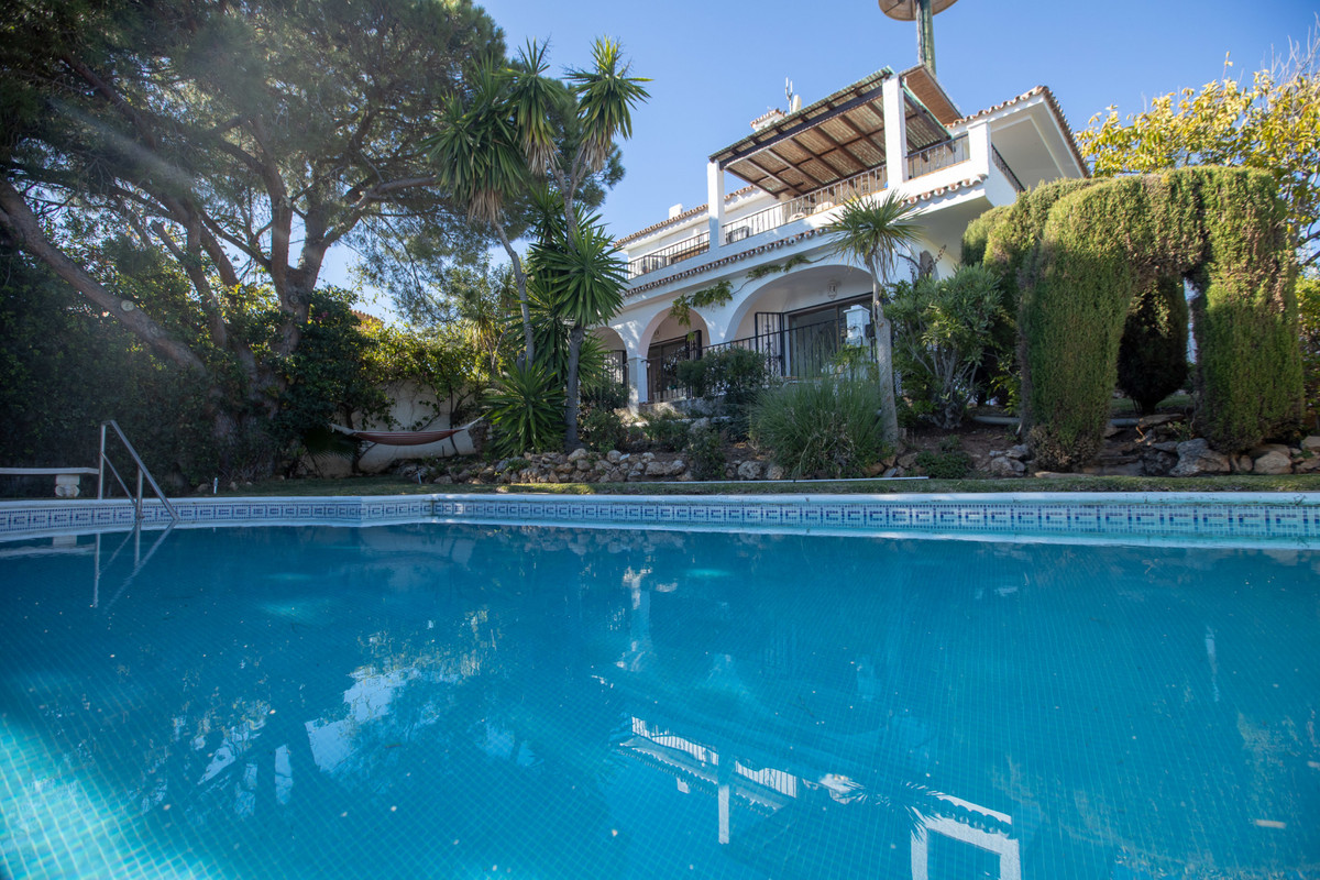 This private villa benefits from a location nestled in the luxurious hills of Elviria. The villa inc,Spain