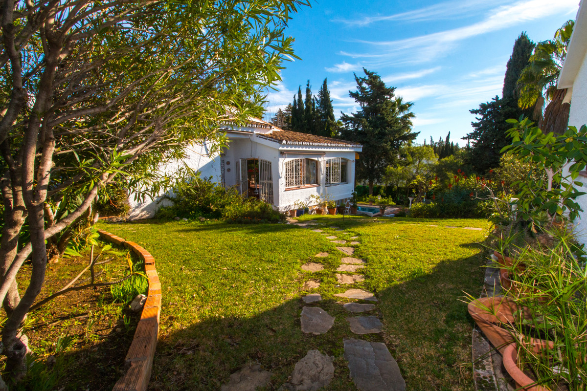 Cosy and charming bungalow with sea views and ideally located in El Rosario, the house is an interes Spain