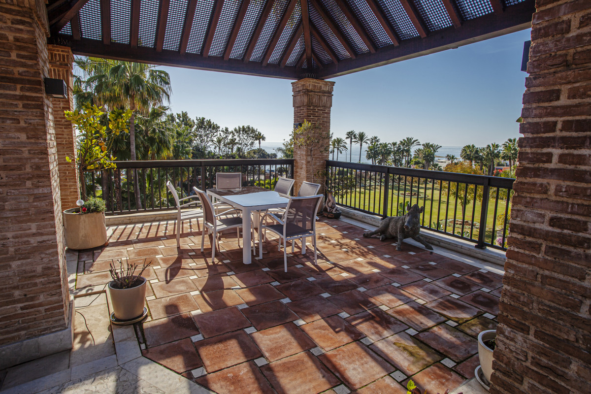 A unique apartment with fantastic location in one of the most exclusive facilities can be found alon,Spain