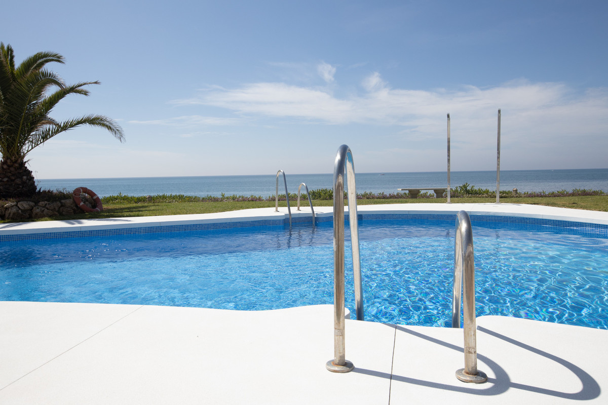 ROYAL BEACH : Refurbished and nicely decorated 2 bedrooms, 2 bathroom penthouse, with direct access ,Spain