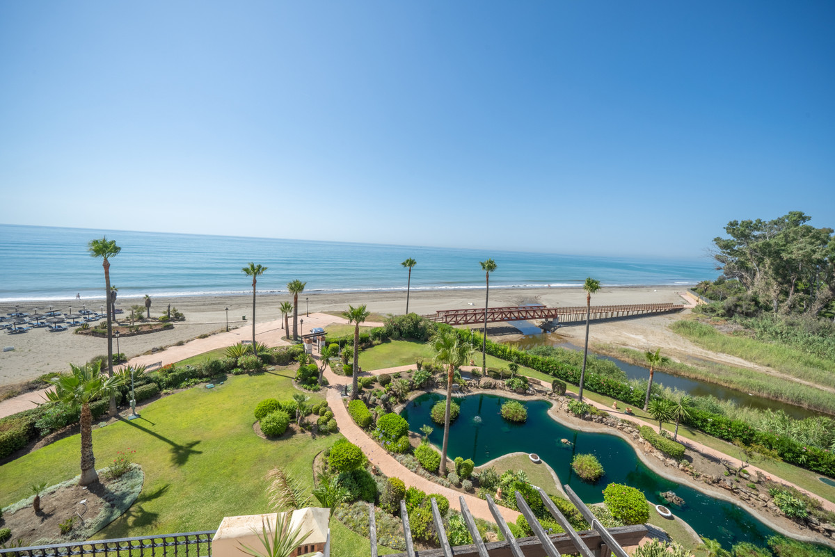 An outstanding penthouse, reformed to the highest of standards and offering panoramic sea views. A r,Spain