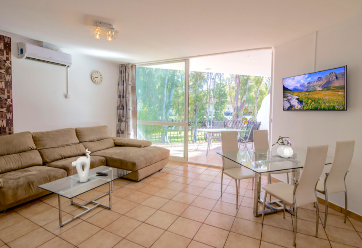 Cozy, recently refurbished apartment in Fuentes del Rodeo. Only 200m to the beach and a few minutes , Spain