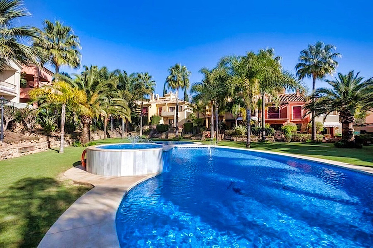 3 bedroom holiday townhouse in Marbella. This 3 bedroom townhouse is situated on the golden mile, ex,Spain