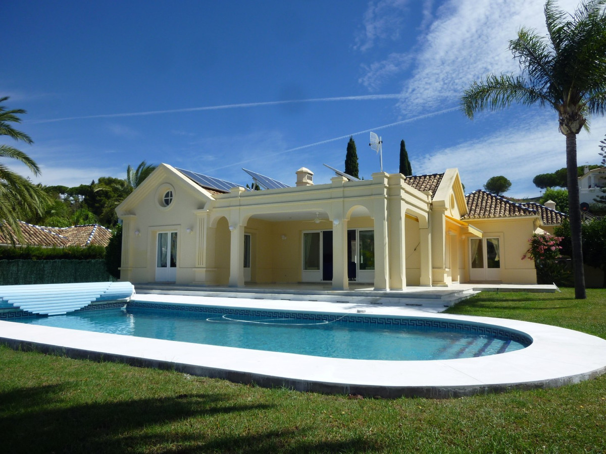 This is a very presentable and charming villa in between Marbella and Estepona in the area of El Par,Spain