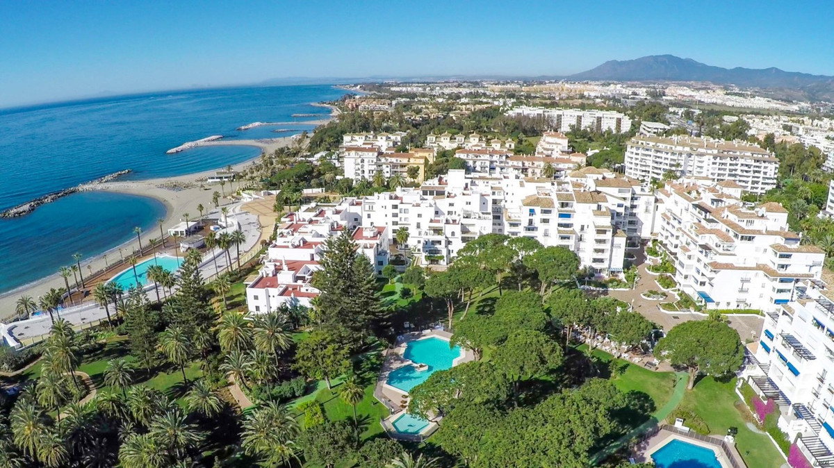 Delightful bright and spacious beachside apartment situated in the renowned residential complex of L, Spain