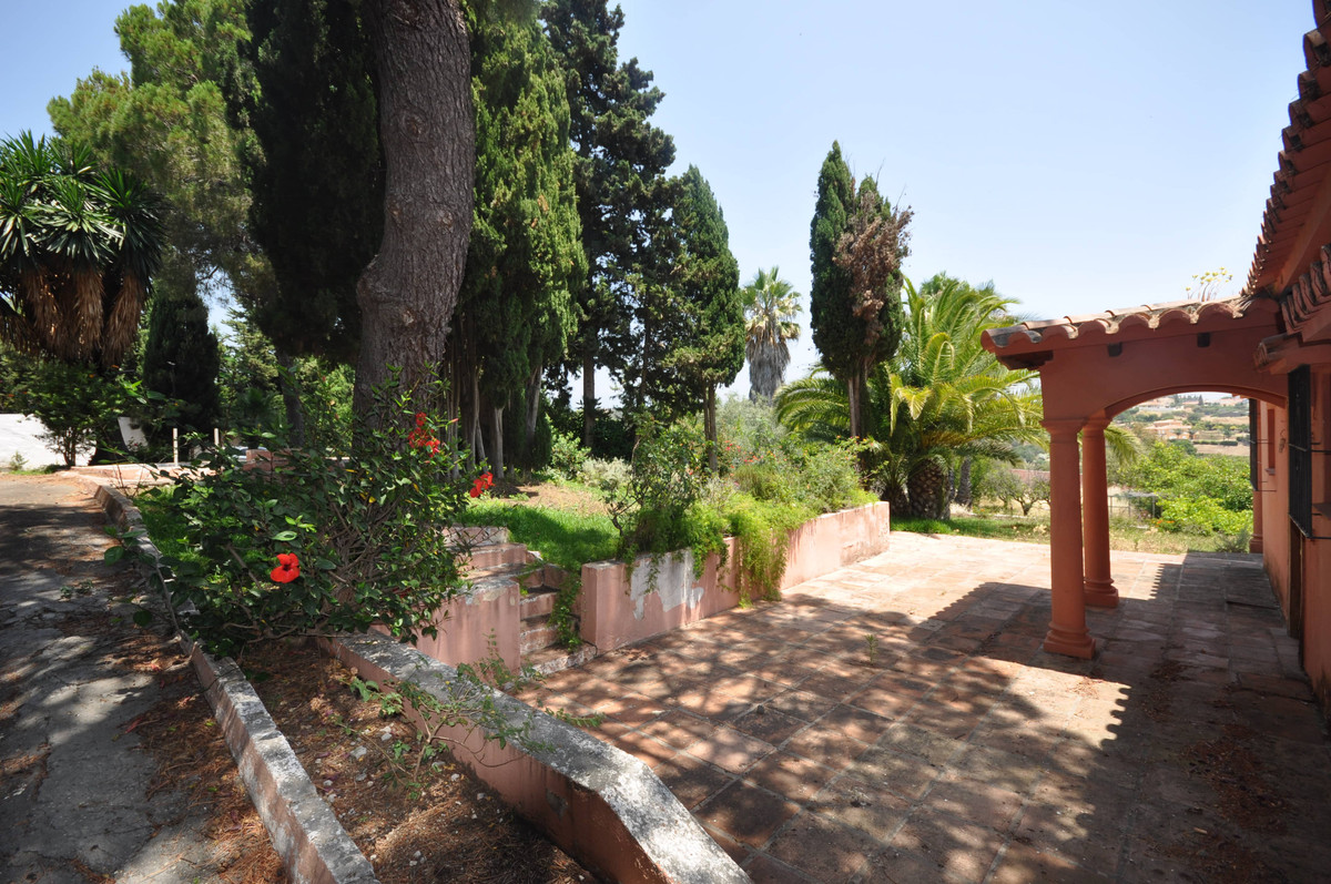A country property, yet only 3 km from the main coastal highway and 4Km from Estepona, set in the ar,Spain