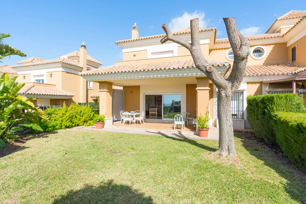Fabulous semi-detached villa situated in a superb urbanisation, with golf course, clubhouse and 24 h,Spain
