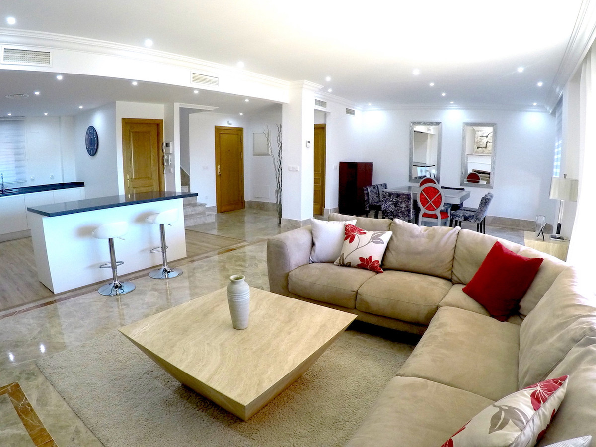 Spectacular semi-detached villa, recently refurbished, located in the well-known urbanization of san,Spain