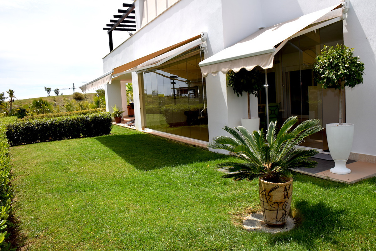 Fantastic semi-detached villa in excellent condition situated in luxury urbanization with 24 hour se, Spain