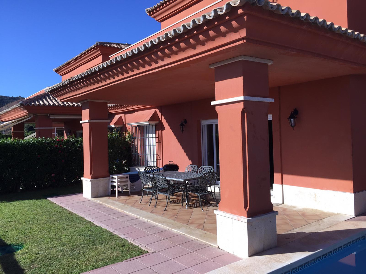 Nice semi-detached villa, located in the well-known urbanization of santa clara golf, with 24 hour s, Spain