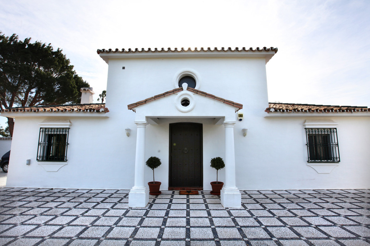 Beautiful house located in the countryside in a quiet area with easy access.   The property has two , Spain