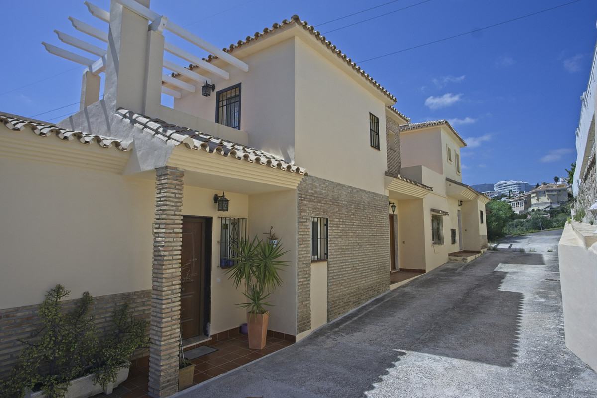 BANK REPO!!! Really nice corner townhouse is the ever popular development of Torreblanca, just a sho, Spain