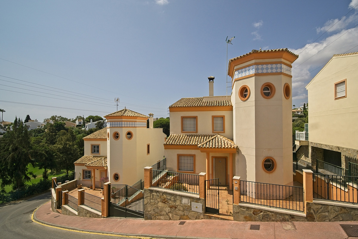 BANK REPO!! Very spacious detached villa, ideal family home or rental investment located in the Cala, Spain