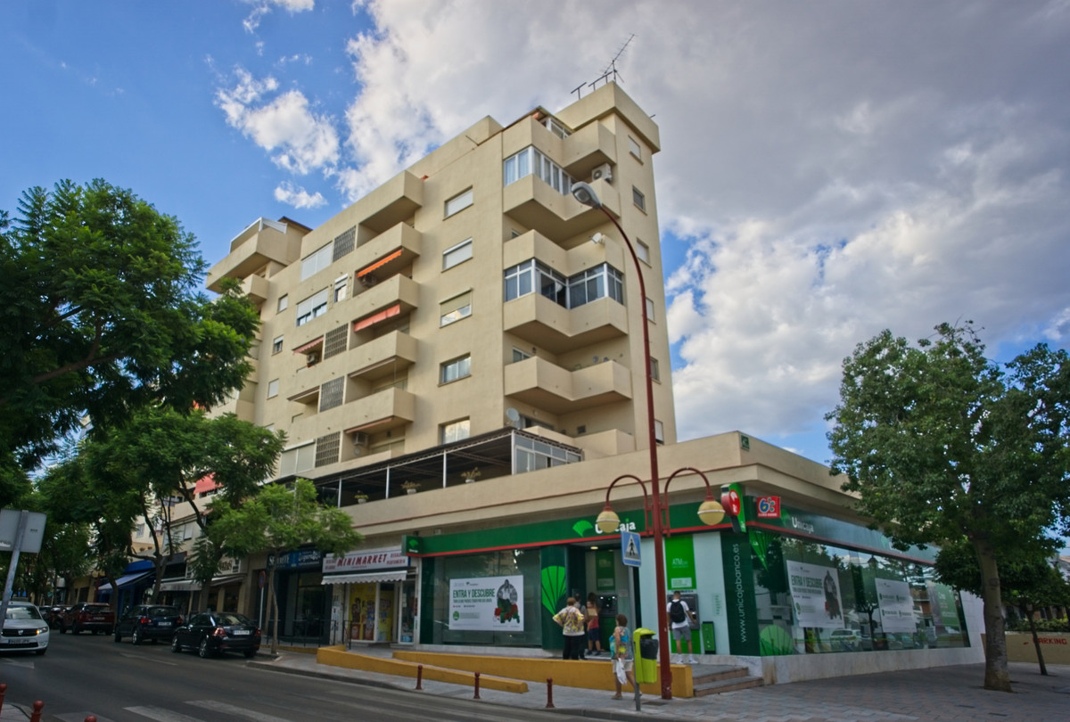BANK REPO!!! Lovely bright and light 6th floor town centre apartment in the heart of Fuengirola, no , Spain