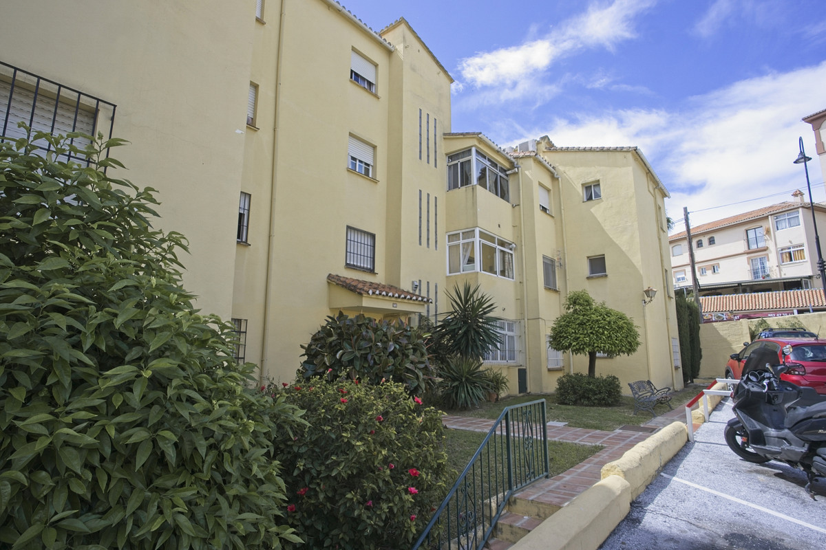 BANK REPO!!! Ideally situated ground floor apartment in El Coto, 100 metres to local shops and the b,Spain