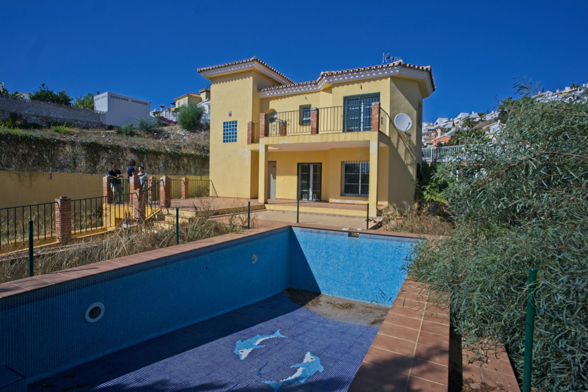 BANK REPO!!! This detached villa is set in the lower part of Riviera del Sol within easy walking dis, Spain