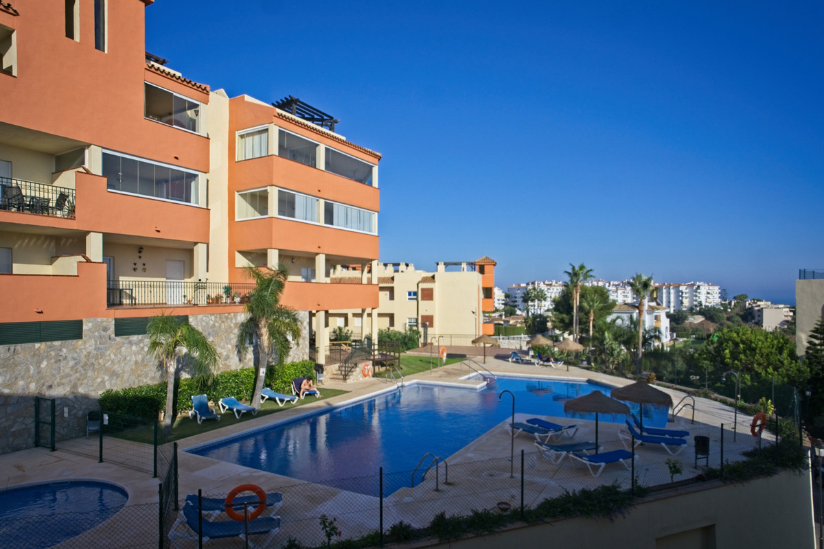 BANK REPO!!! This three bedroom corner apartment is situated in the Riviera del Sol urbanisation wit, Spain