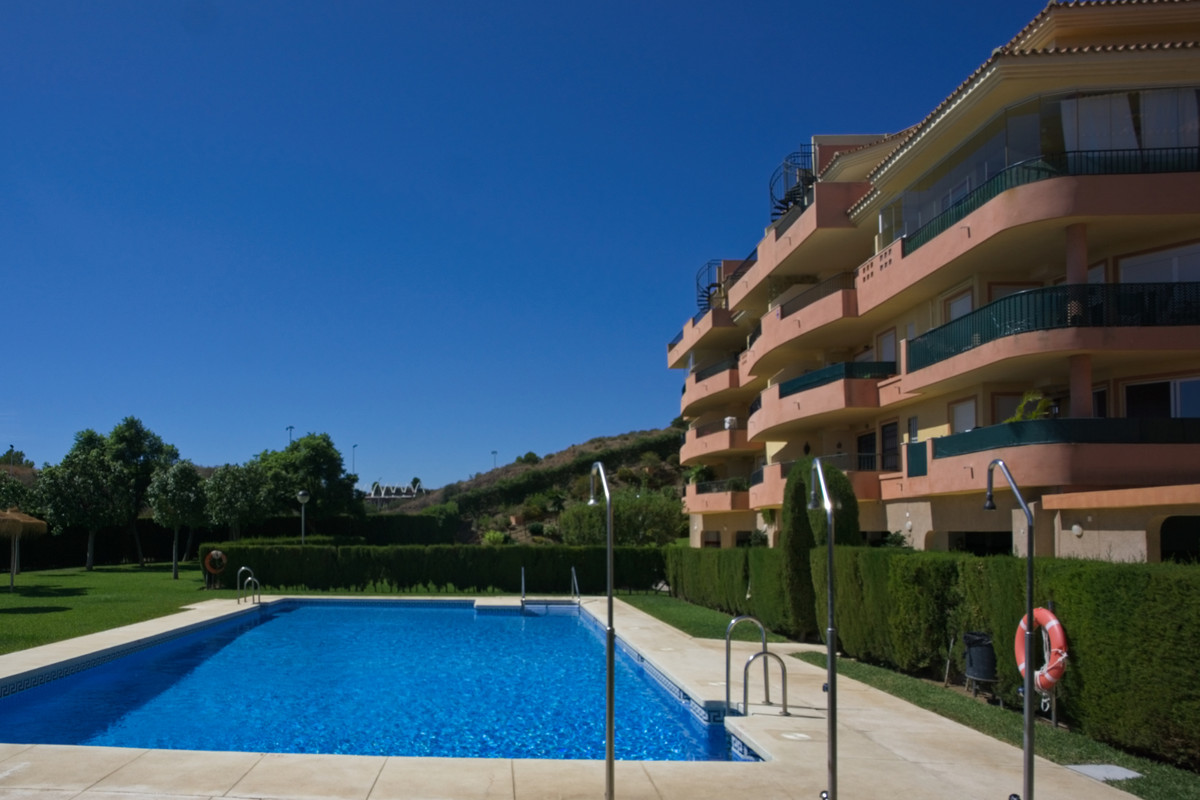 BANK REPO!!! This bright and airy apartment is located in the upper part of Riviera del Sol, giving , Spain