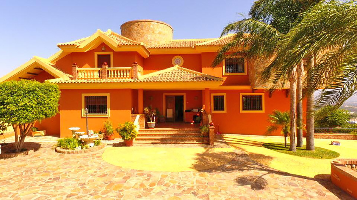 This villa is located a few minutes from the town of Alhaurin de la Torre, close to shops and amenit, Spain