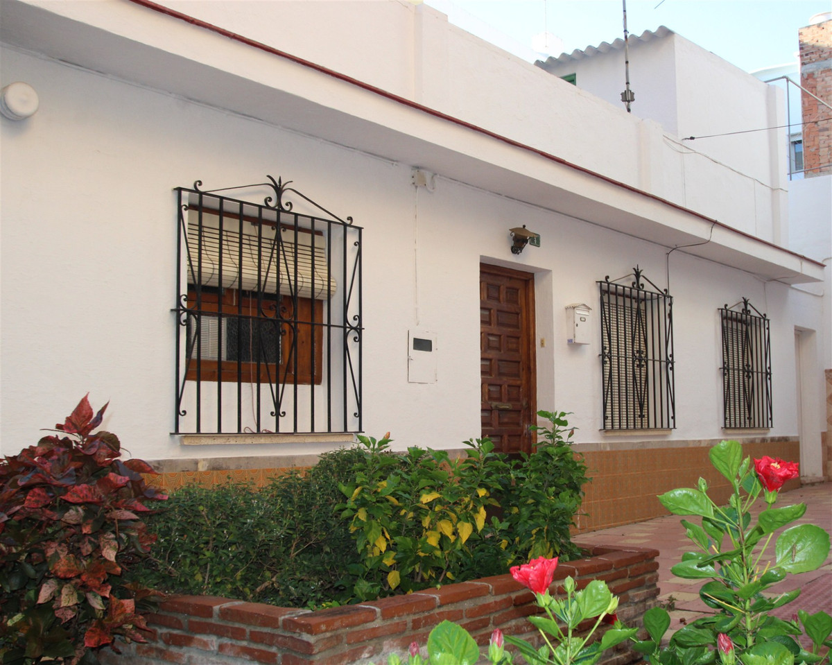 Independent house to reform very close to the center of Fuengirola, it has many possibilities, since, Spain