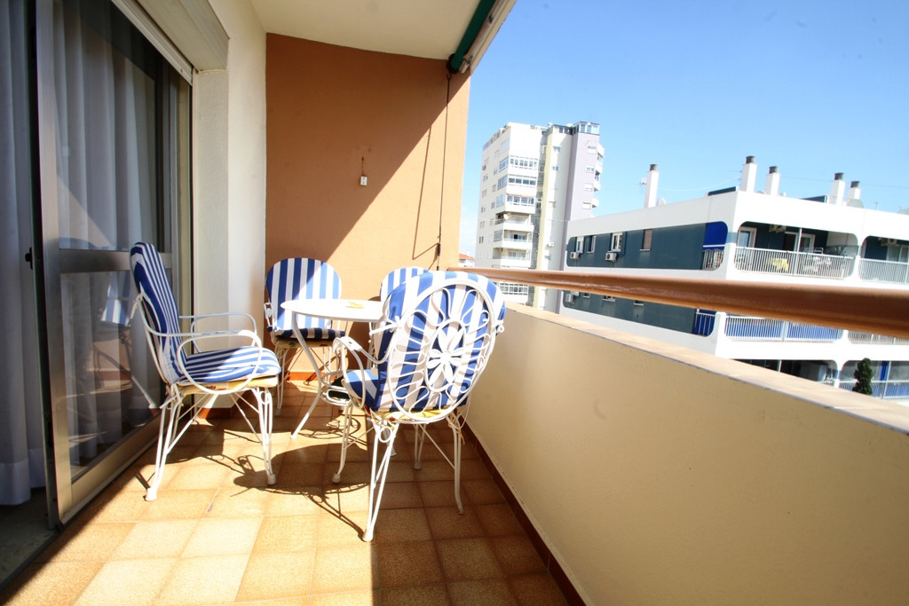Top floor apartment near the center, beach, all amenities by hand. Four bedrooms, two of them double, Spain