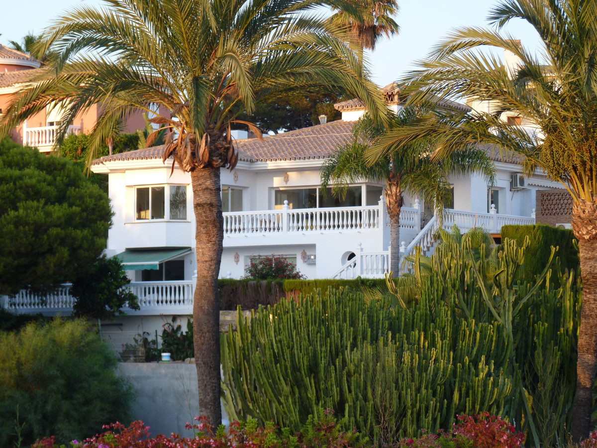 JUST REDUCED FROM - 950.000€ TO 899.000€ - OFFERS CONSIDERED.  FANTASTIC 6 BEDROOM DETACHED VILLA IN,Spain
