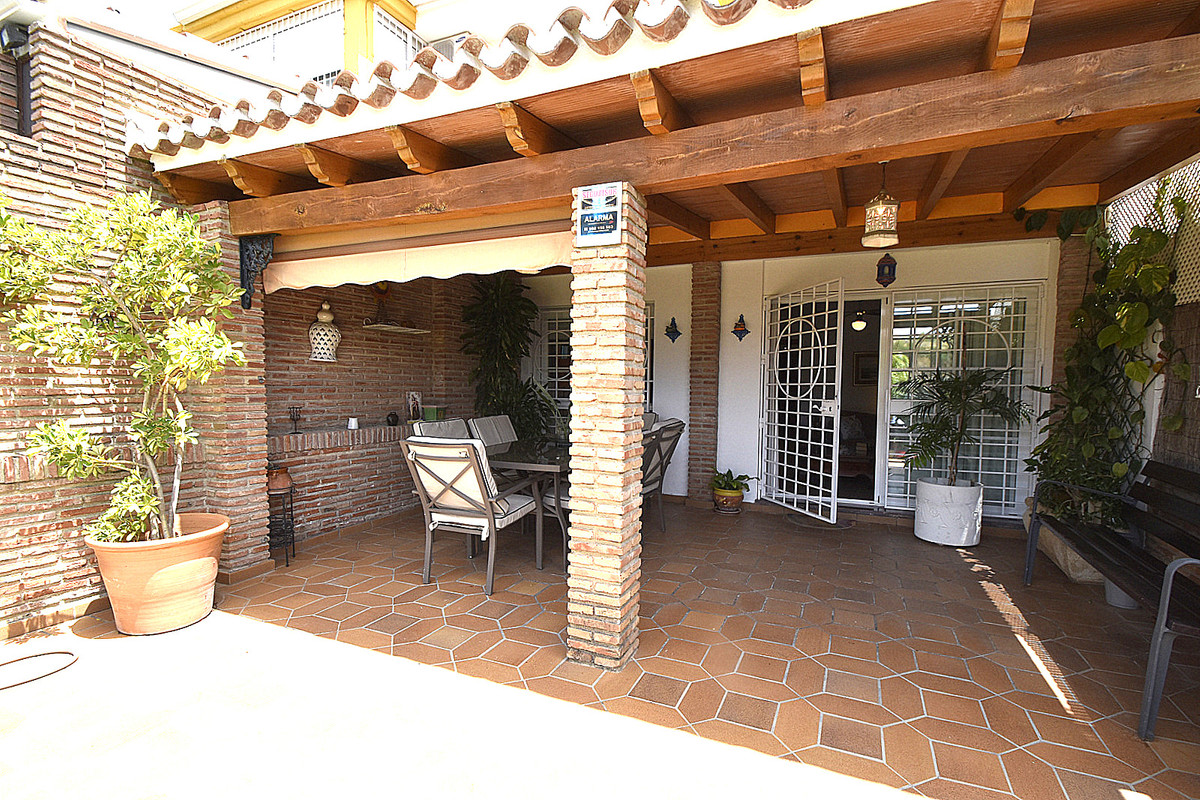 Townhouse of excellent qualities, very sunny with large garden southwest orientation ready to move iSpain