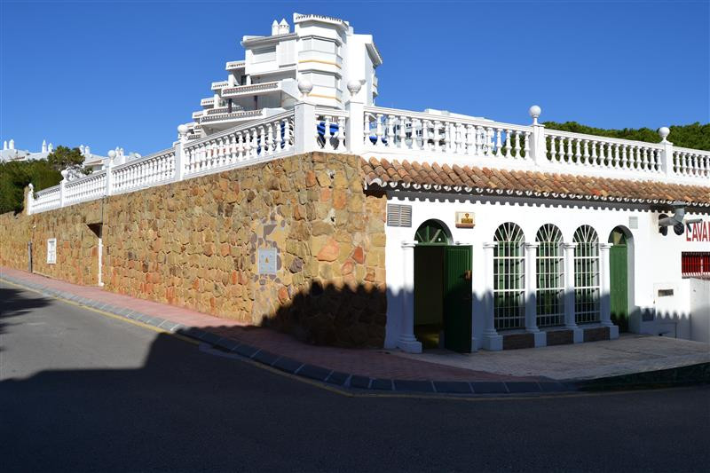 Nice bright Local in Calahonda, 2nd line beach only a few hundred meters from the access to the boar,Spain