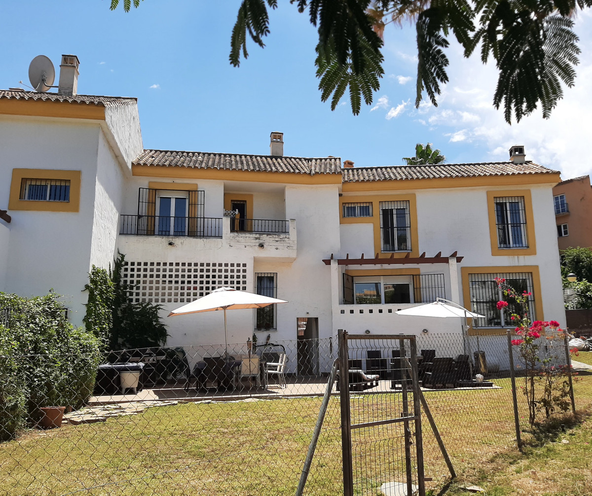 Great opportunity to buy this semi detached house, located in a  small complex in Riviera del Sol.  , Spain