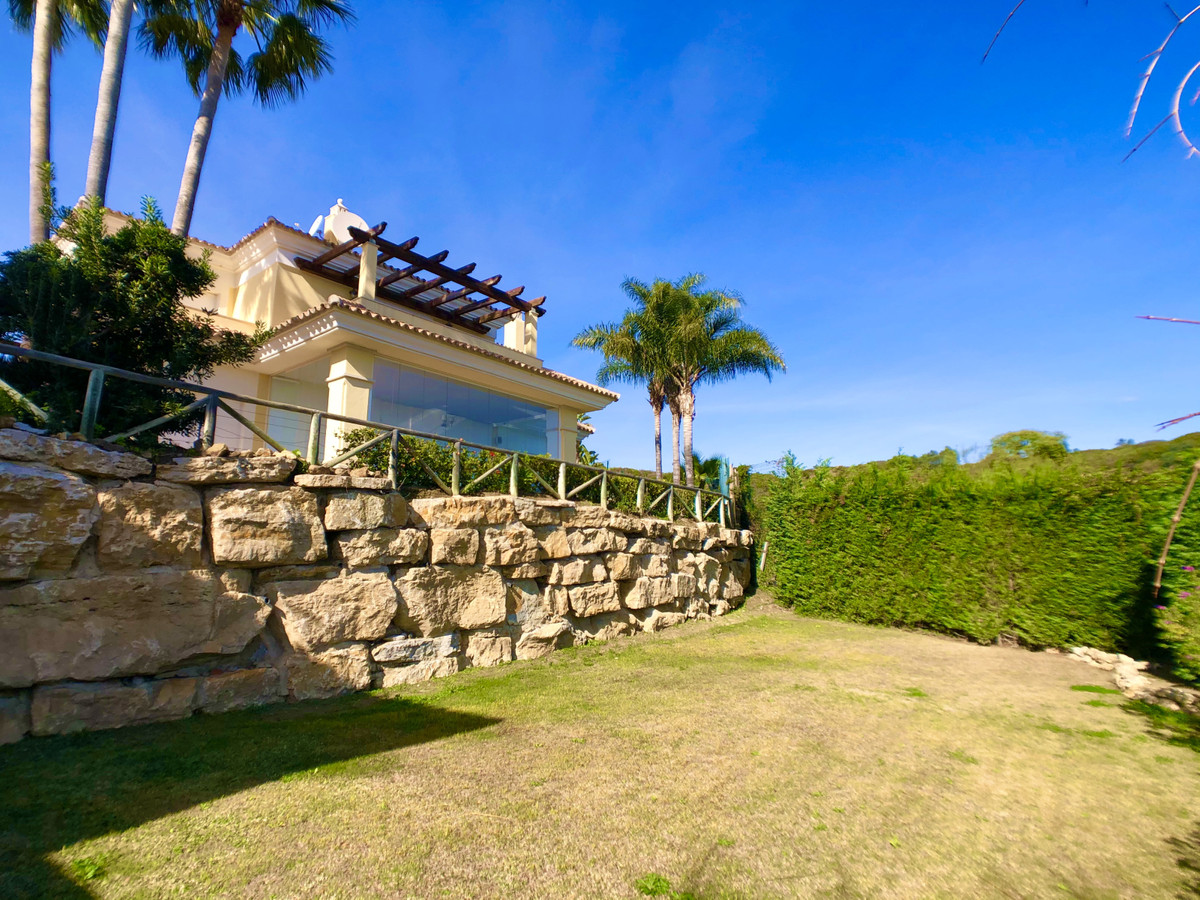 BEAUTIFUL DETACHED 4 BED VILLA WITH SEA VIEWS AND PRIVATE POOL & GARDEN, IN A SECURE GATED URBAN, Spain