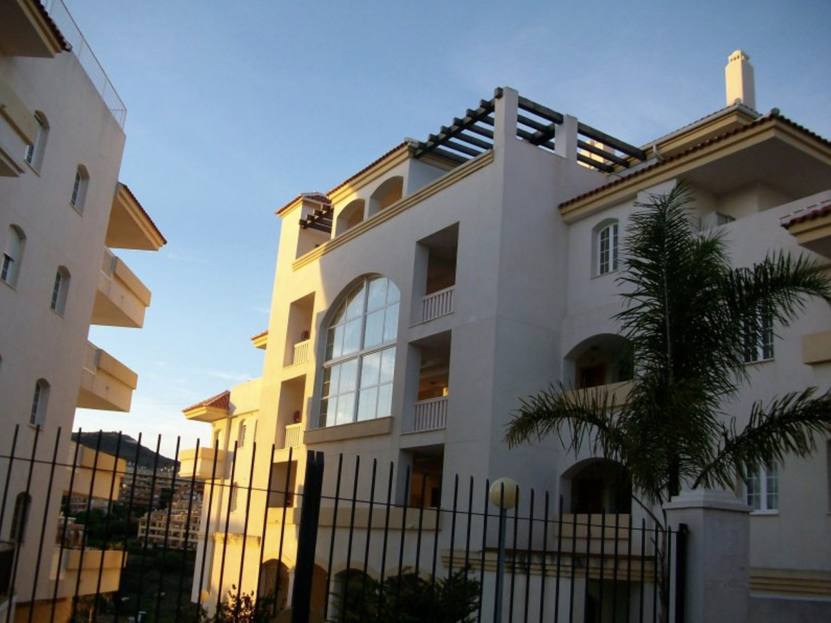 Spacious apartment with 2 bedrooms, 2 bathrooms, with parking and storage. First line of golf !!! In, Spain