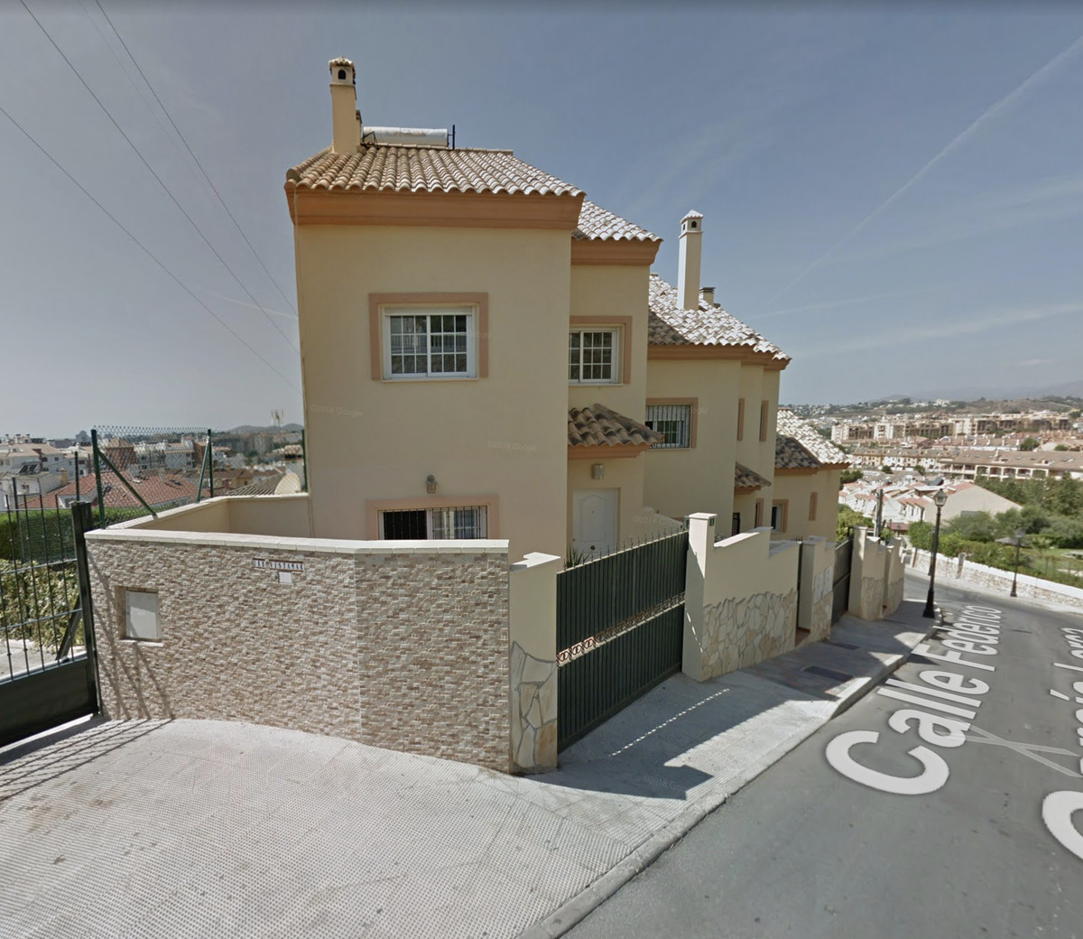 Beautiful townhouse in Los Pacos, Fuengirola built ln 3 floors and consisting out of entrance hall, , Spain