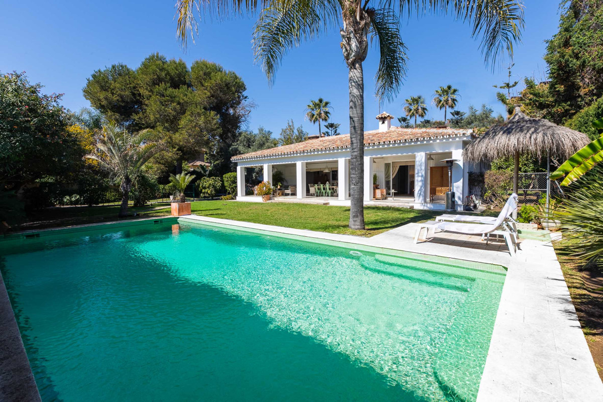 Superb four bedrooms, three bathrooms villa located in El Paraiso, New Golden Mile, situated on a la, Spain