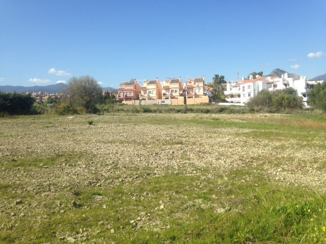 Located between Puerto Banus and Estepona, excellent golf location. Land to built one villa situated,Spain