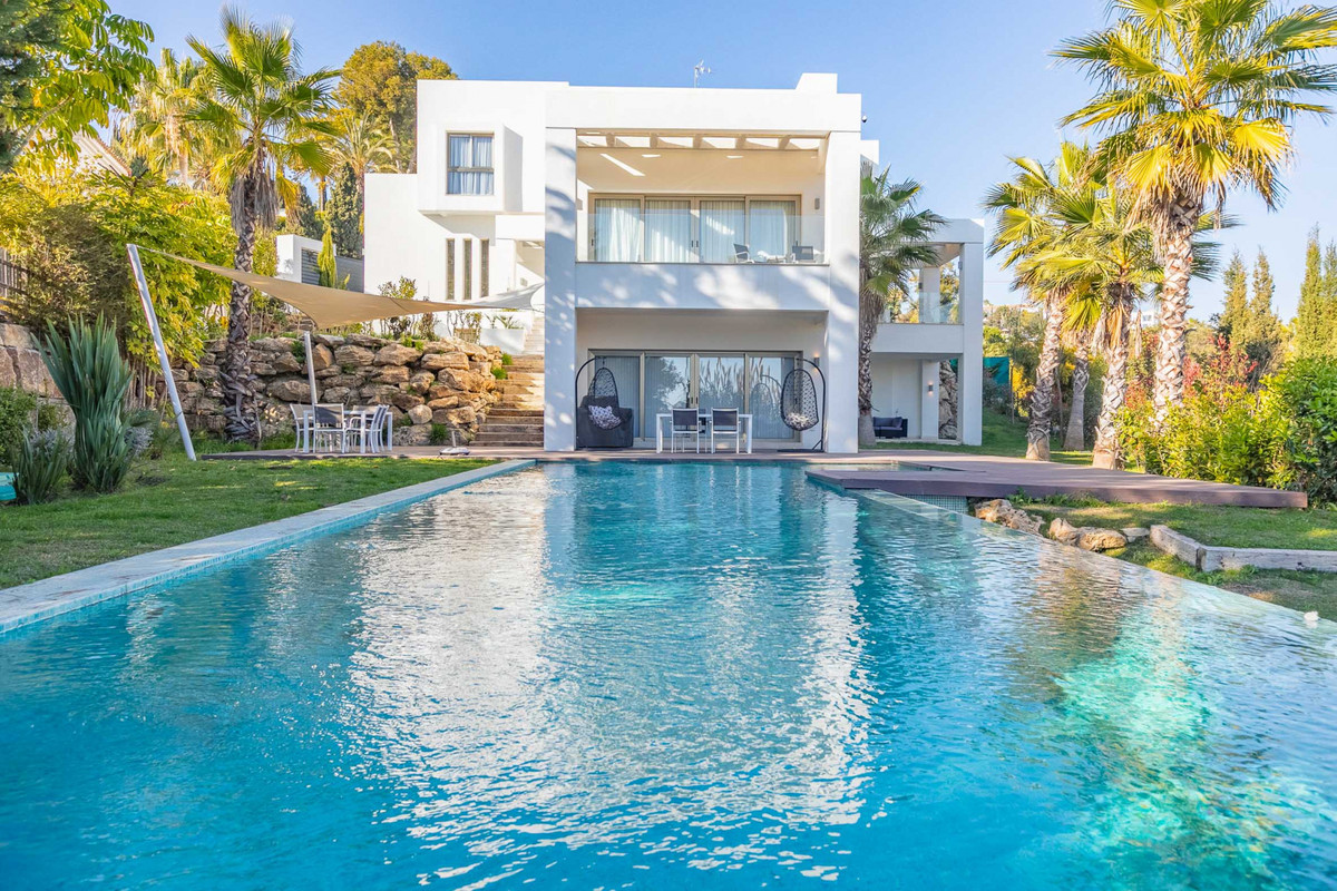 Superb modern five bedrooms, four bathrooms, southeast facing villa, of 610sqm built in Benahavis wi Spain