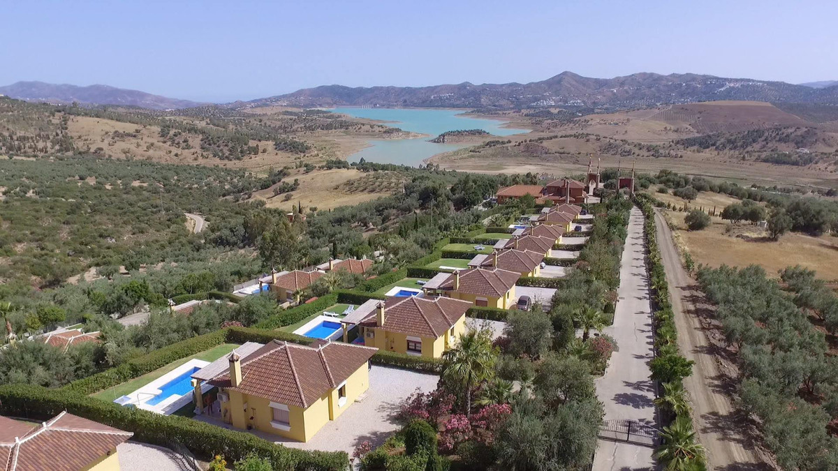 Investment project with fantastic return potential. This unique HOLIDAY PARK with 15 detached villas,Spain