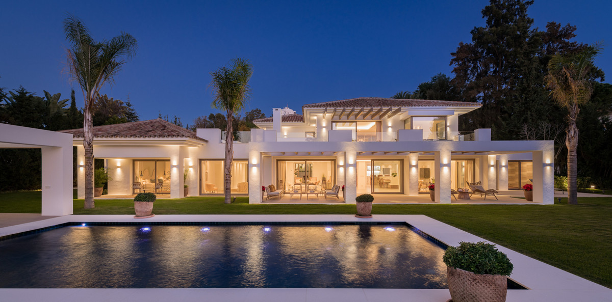 A timeless estate drawn by renowned architect Villaroel, in sought-after El Paraiso.   This elegant , Spain