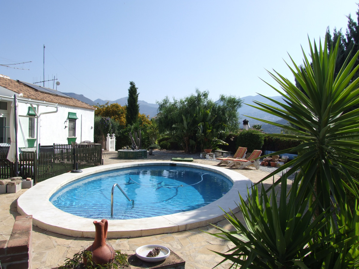 pacious independent Villa located in a quiet residential area with garden and pool, near the La Vinu, Spain