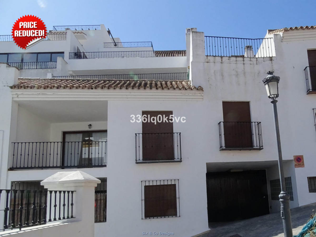 Reduced from € 249.995  Recently renovated 3 bedroom apartment in the center of Benahavis. The house,Spain