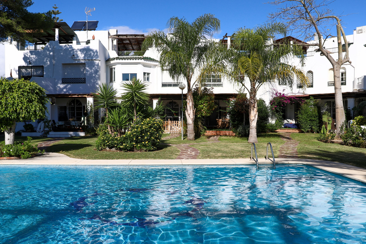 Townhouse for sale in Nueva Andalucía R3772081