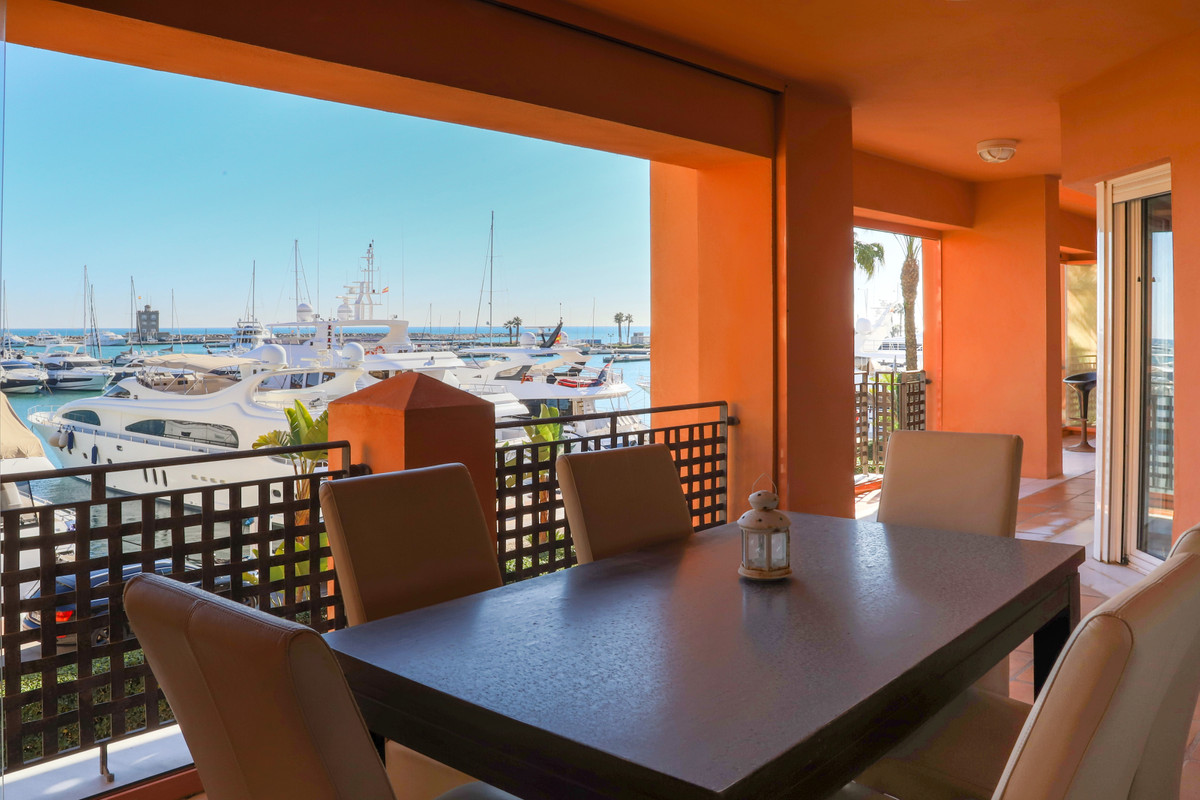 Spacious apartment in La Marina De Sotogrande   Located in the quiet area of La Marina de Sotogrande, Spain