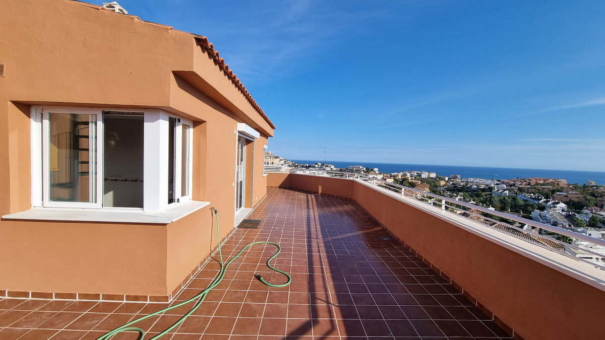 A fantastic well priced 2 bedroom penthouse in riviera del Sol, with panoramic sea and mountain view, Spain