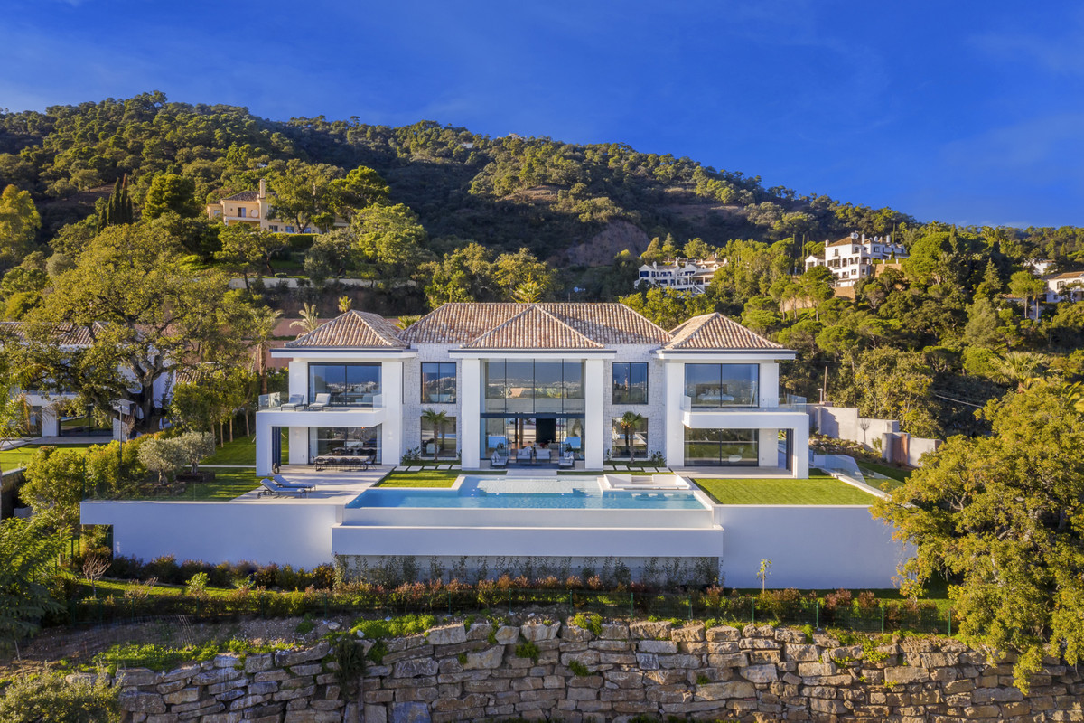 6 Bed Villa For Sale in El Madroñal, Benahavis