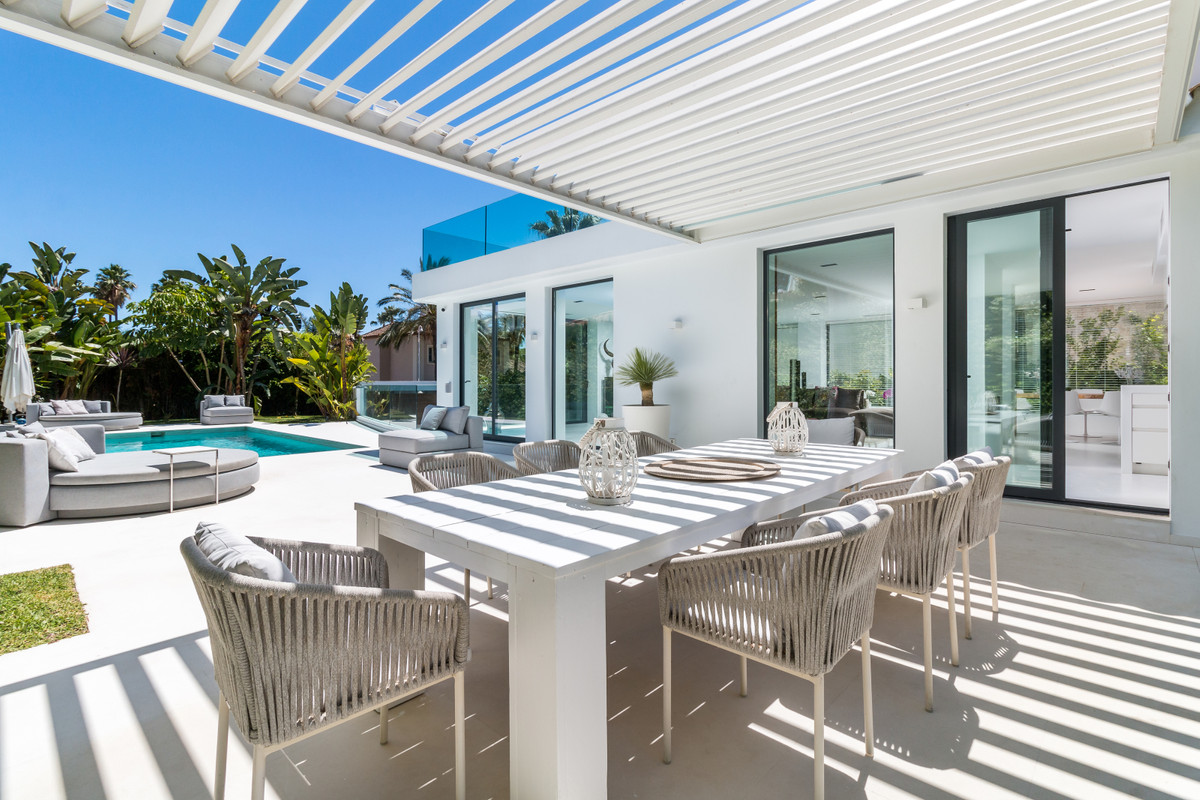 Modern four bedroom villa located in a quiet cul-de-sac in the prestigious Las Brisas residential ne, Spain