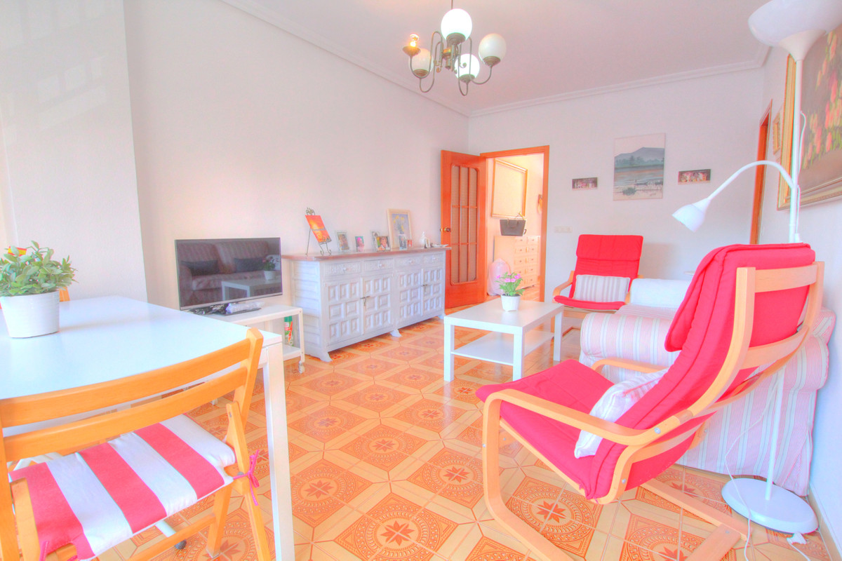 ?Would you like to live just 50 m to the beach in Fuengirola? This property is located in a perfect , Spain