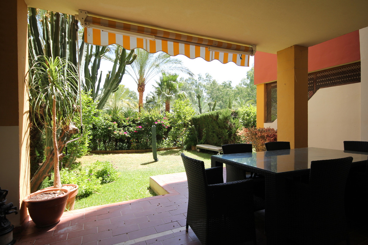 Spacious groundfloor apartment with private garden is located in the sought after urbanization Green,Spain