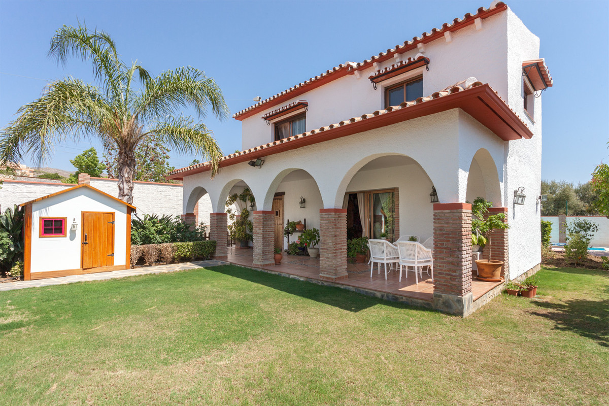 Beautiful villa for sale. The house is built on a flat plot of 580 m2. In addition to the main house, Spain